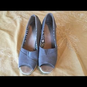 Toms wedges in grey.
